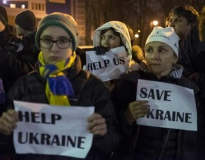 Ukrainian people take part in a rally against Russia in front of the U.S. embassy in Kiev March 1, 2014.